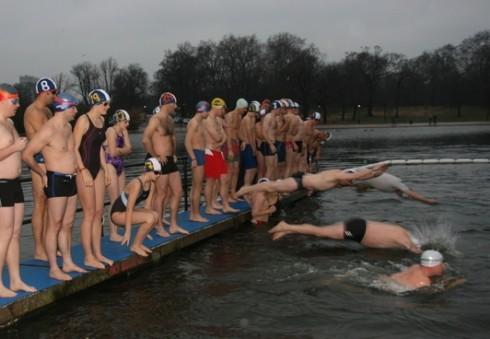 Kalėdų rytą Londono centre vyks ... plaukimo varžybos