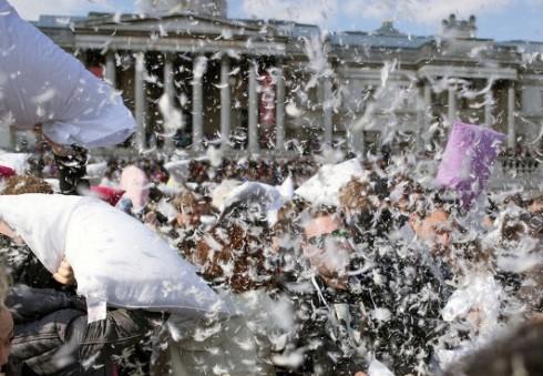 """Šeštadienį Londonas kviečia """"išsikrauti"""" pagalvių mūšiuose"""