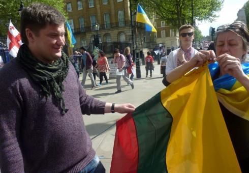 Ukrainiečių protestuotojams Londone įteikta ir lietuviška vėliava [foto]