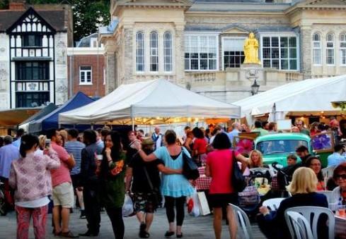 Kingstone vyksiantis naktinis turgus vilios įvairiomis pramogomis