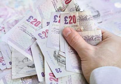 Britanijos valdžia karpo mokesčių kreditus. Ar nukentės lietuviai?