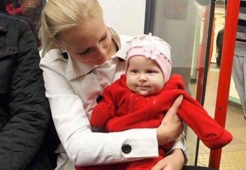 Anglijoje dukrytę praradusi šeima prašo lietuvių pagalbos