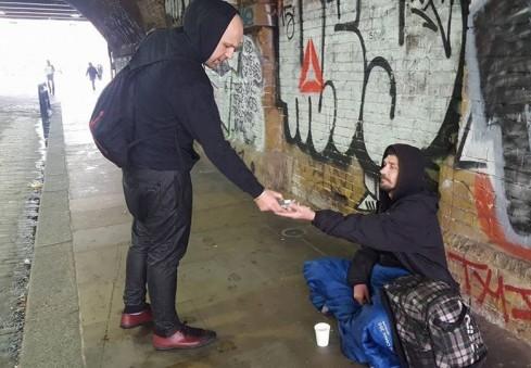 """""""Have a nice day"""": neįprasta Londono lietuvio akcija dėl šviesesnės benamių kasdienybės [FOTO]"""