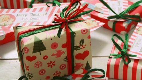Londone – pamoka apie kalėdinių dovanėlių pakavimą ir atvirukų ruošimą