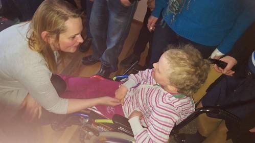 Prašymas paremti: neįgalios mergaitės kasdienybę palengvins naujas vežimėlis