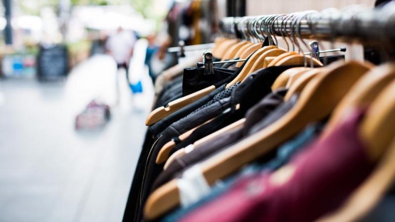 Vintažinių rūbų išpardavimas kilogramais Rytų Londone [VIDEO]