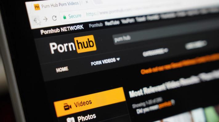 Internetinės pornografijos mėgėjams JK teks pateikti dokumentą tapatybei patvirtinti