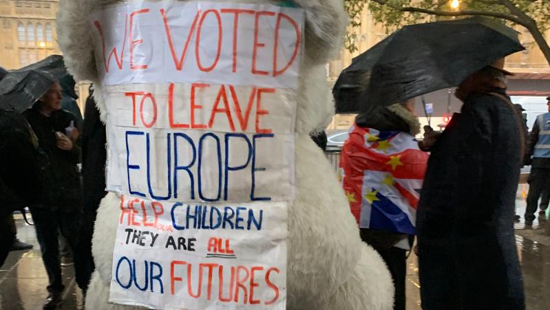 """May: jei parlamentas atmes """"Brexit"""" susitarimą, galime niekada nepalikti ES"""