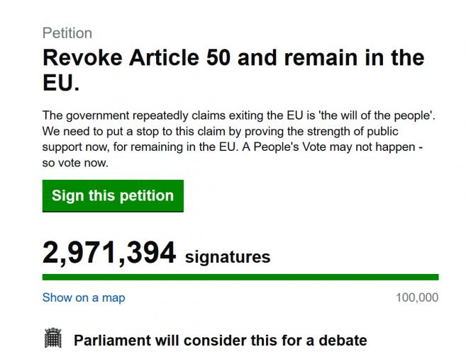 """Peticiją dėl """"Brexit"""" atšaukimo jau pasirašė beveik 3 mln. žmonių, Th. May tokią galimybę atmeta"""