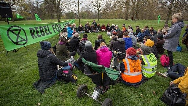 """Londonas ruošiasi tūkstančių """"ekoaktyvistų"""" antplūdžiui, gyventojai perspėjami apie eismo trikdžius"""