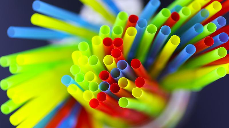 Galutinai nuspręsta: Anglijoje bus uždrausti plastiko šiaudeliai, gėrimų maišikliai ir ausų krapštukais