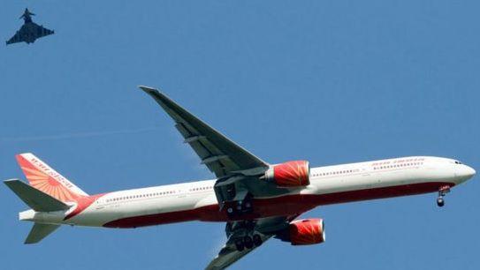 Londone leidosi keleivinis lėktuvas, buvo pranešta apie bombą
