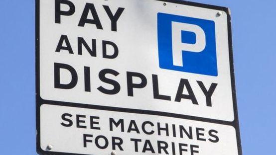Anglijos tarybos tikisi rekordinio pertekliaus iš mokesčių už automobilio parkavimą