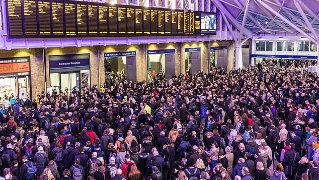 Žmonės masiškai bėga iš Londono: išvykstančiųjų skaičius pasiekė rekordines aukštumas