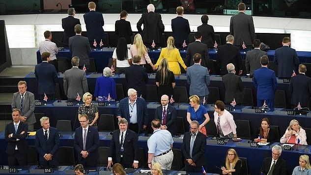 """Į EP išrinkti 29 """"Brexit"""" partijos nariai pirmąją dieną sukėlė skandalą"""