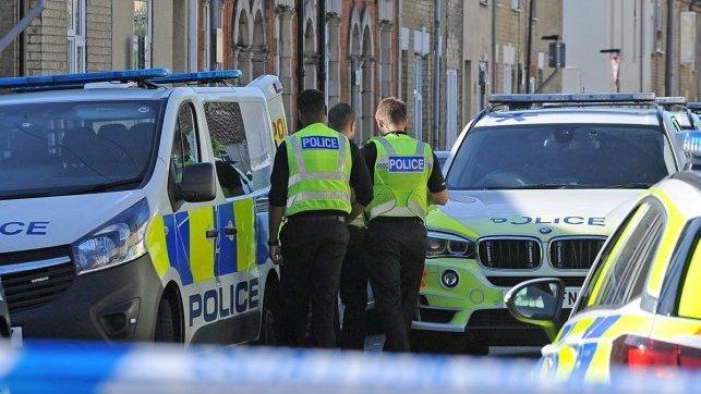 Tragedija lietuvių šeimoje Peterboroughe: moteris nužudyta, sužeistas devynmetis ligoninėje