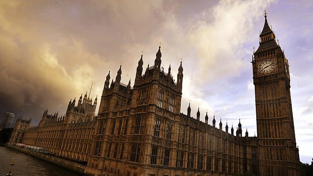 Šokiruojanti ataskaita: JK parlamente – krūtų grabinėjimas, pliaukšėjimas per užpakalį