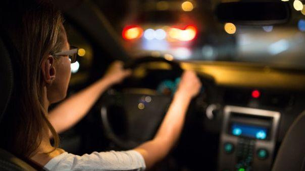 """Anglijoje svarstoma drausti """"žaliems"""" vairuotojams vairuoti naktį"""