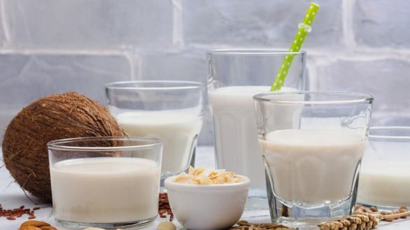 Ketvirtadalis JK gyventojų renkasi augalines karvės pieno alternatyvas