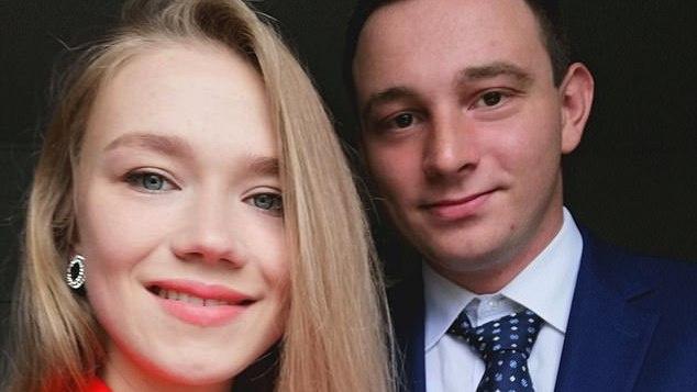 Lietuvei per diplomų įteikimo ceremoniją JK pasipiršęs vaikinas ... susilaukė didžiulės kritikos