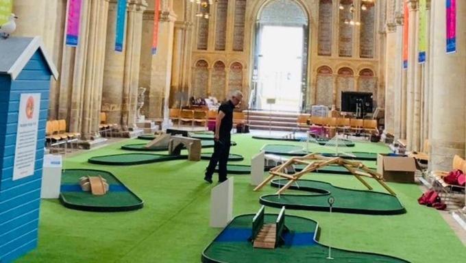 Bažnyčia JK naujų tikinčiųjų tikisi prisivilioti ... mini golfo aikštynu