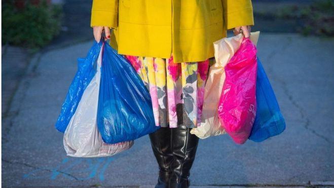 Plastikinių maišelių Anglijoje naudojimas per metus krito perpus