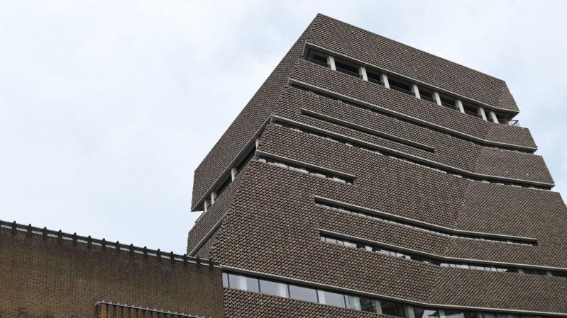 """Incidentas: """"Tate Modern"""" galerijoje: išmestam berniukui lūžo stuburas ir galūnės"""