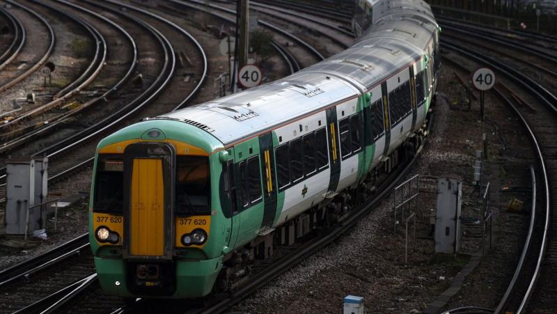 Dėl gaisro Londone sutriko traukinių eismas tarp London Victoria ir Clapham Junction