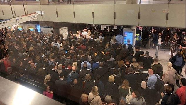 """Dėl techninės problemos sustojo eismas Londono metro """"Northern Line"""" linija"""