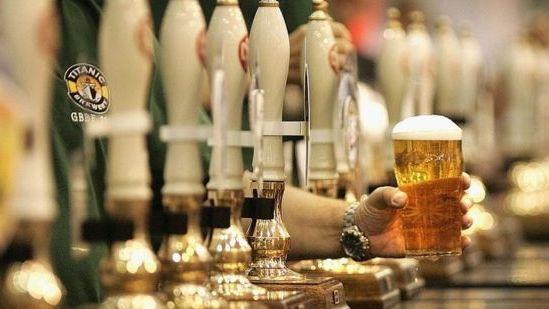 Pasiūlymas JK: brangesnis alkoholis parduotuvėse siekiant padėti aludėms