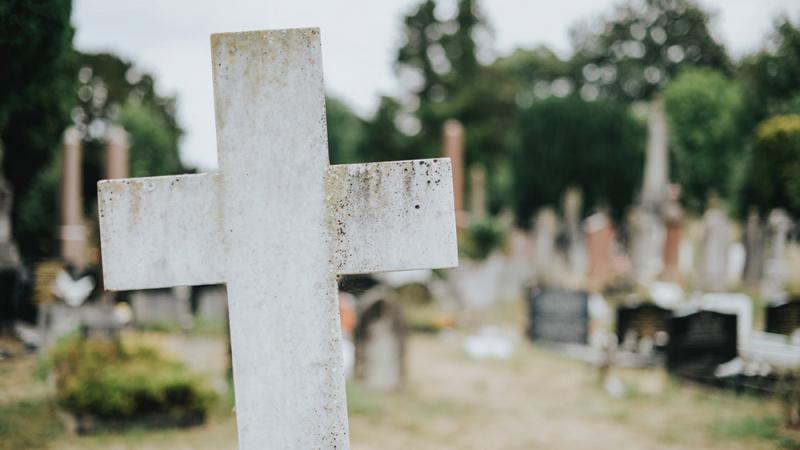 Ginčas dėl Anglijoje mirusios lietuvės kūno: palaidoti Lietuvoje neleidžia, mirusiosios dukters likimas – neaiškus