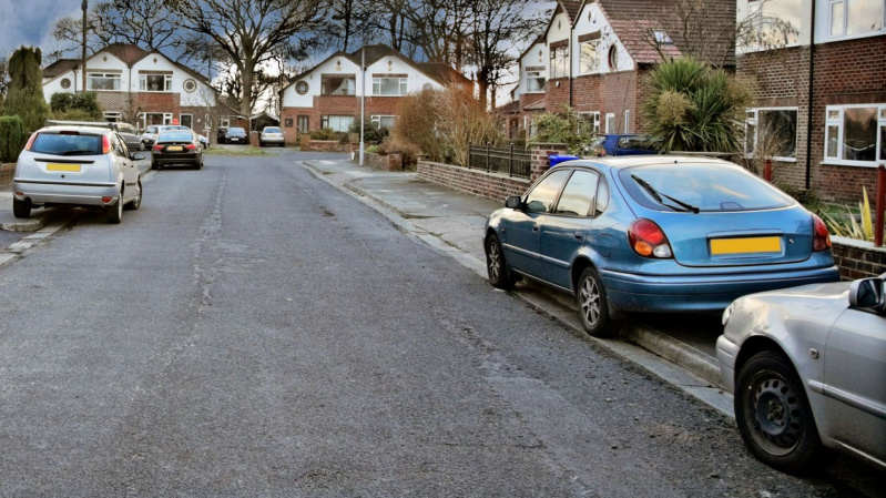 Anglijoje svarstoma uždrausti statyti automobilį ant šaligatvio