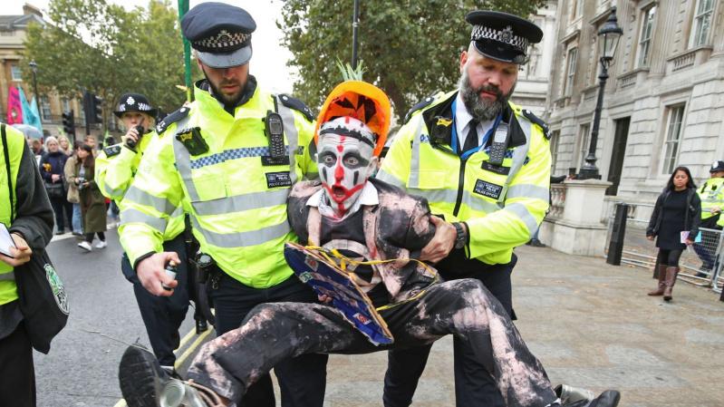 """Per """"Extinction Rebellion"""" mitingą Londone suimta 280 žmonių"""