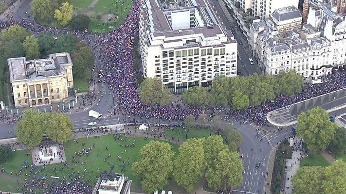 """JK parlamentui svarstant """"Brexit"""" susitarimą, tūkstančiai žmonių išėjo į gatves Londono centre"""
