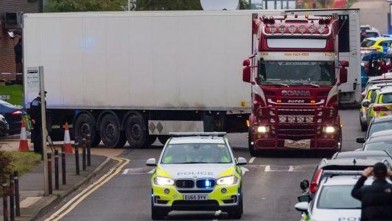 Essekso policija: sunkvežimio priekaboje rasti lavonai – kinų