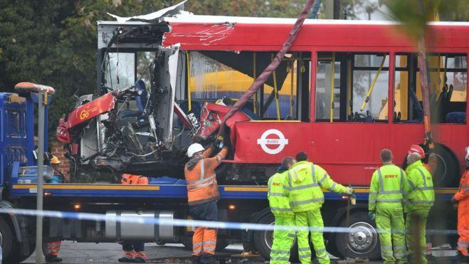 Siaubinga autobuso avarija Pietų Londone: vienas žmogus žuvo, 15 sužeistų