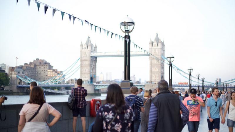10 turistų Londone daromų dalykų, kurie varo vietinius iš proto
