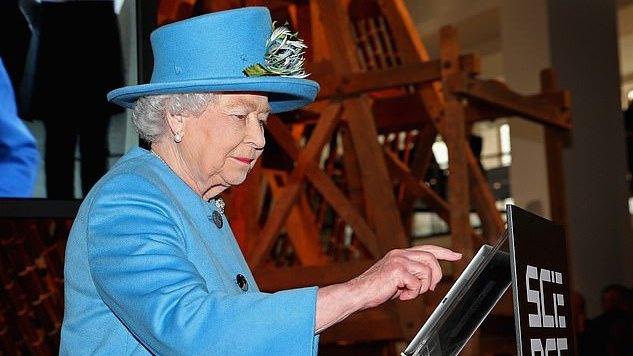 """Britanijos karalienė nori daugiau """"like'ų"""", ieško socialinių tinklų eksperto"""