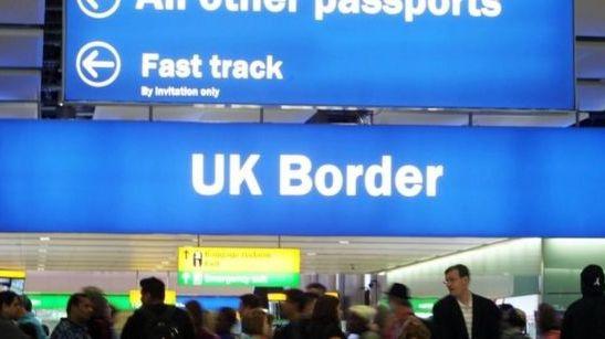"""""""Brexit"""": ES piliečiai nebus automatiškai deportuoti, jeigu nesikreips dėl statuso – JK vyriausybė"""