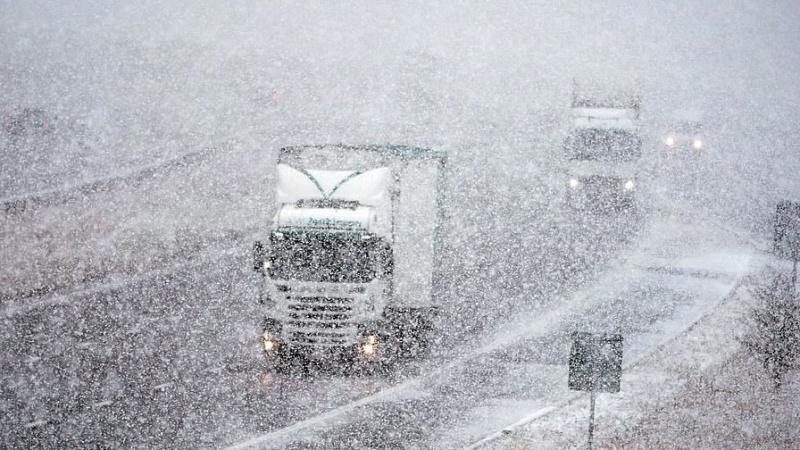 Keliaujančių laukia problemos: JK gyventojai perspėjami dėl sniego, plikledžio ir žemos temperatūros