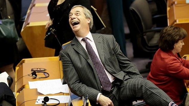N. Farage'o nariai iš EP išvyko su skandalu: išjungė mikrofoną dėl mojuotų JK vėliavų