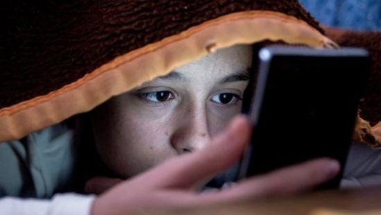 Tyrimas: daugiau nei pusė vaikų JK miega su šalia padėtu telefonu