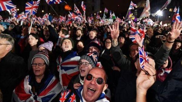 ES lyderiai reiškia liūdesį dėl JK išstojimo, o JK švenčia