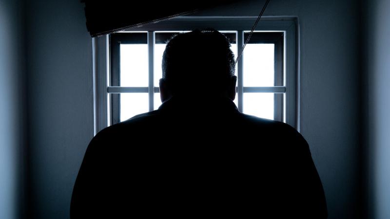 Girtas ir agresyvus lietuvis Airijoje prišlapino sulaikymo kamerą