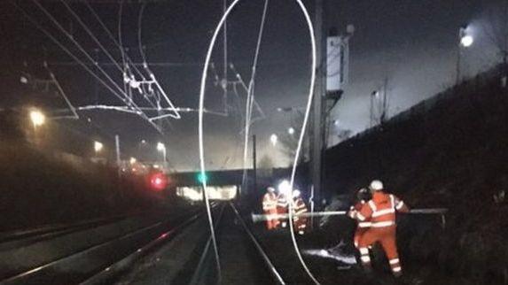 """Londone dėl pažeisto kabelio sutriko """"Thameslink"""", metro eismas"""