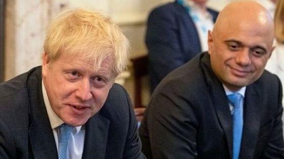 Rokiruotės JK vyriausybėje: dalis ministrų atleista, iždo kancleris pasitraukė pats