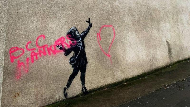 Anglijoje uždengtas vandalų sugadintas garsiojo Banksy kurinis