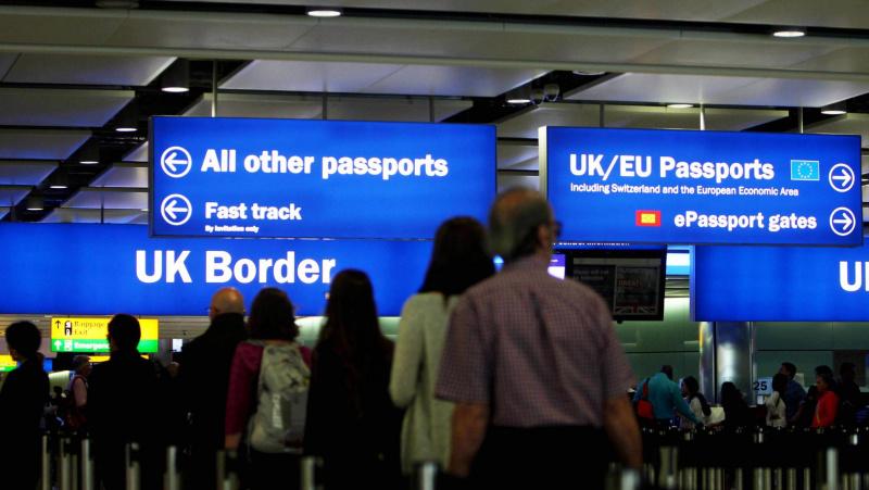 Pagal naują imigracijos sistemą JK neišduos vizų žemos kvalifikacijos darbuotojams