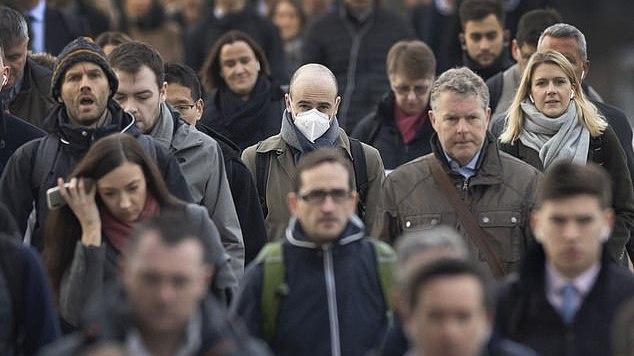 Pasaulinė apklausa: JK gyventojai labiausiai atsipalaidavę dėl koronaviruso