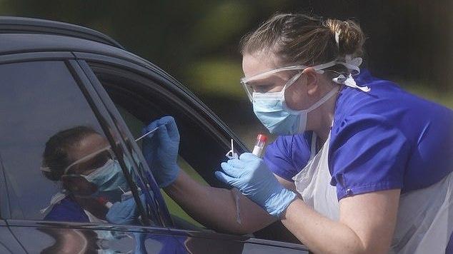 JK valdžia ketina dėl koronaviruso tirti ketvirtį gyventojų, kad sutrumpintų karantiną
